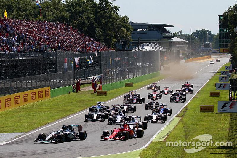 Старт: Льюис Хэмилтон, Mercedes AMG F1 W06, лидирует в гонке