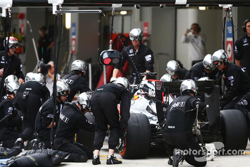 Fernando Alonso, McLaren MP4-30 hace una parada en pits
