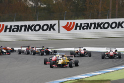 Inicio carrera 2: Antonio Giovinazzi, Jagonya Ayam with Carlin Dallara Volkswagen lidera