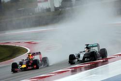 Daniil Kvyat, Red Bull Racing RB11 et Lewis Hamilton, Mercedes AMG F1 W06