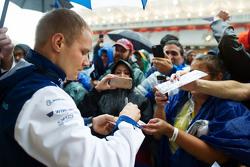 Valtteri Bottas, Williams signeert handtekeningen voor de fans