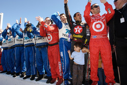 Memo Rojas, Juan Pablo Montoya, Dario Franchitti, Chip Ganassi and team members celebrate win