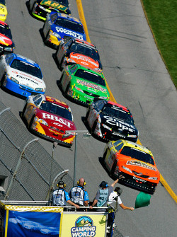Start: Tony Stewart and Clint Bowyer lead the field
