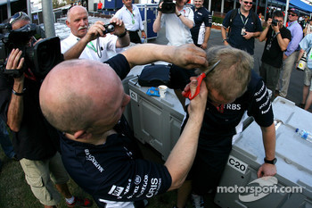 Williams mechanics celebrate Nico Rosberg podium