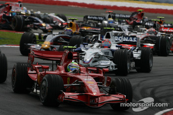 Start: Felipe Massa, Scuderia Ferrari, F2008 leads