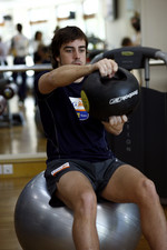 Renault F1 drivers training in Bahrain: Fernando Alonso, Renault R28 in the gym