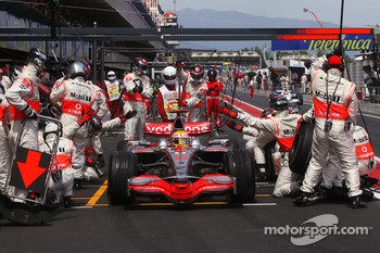 Lewis Hamilton, McLaren Mercedes and Robert Kubica, BMW Sauber F1 Team during pitstop