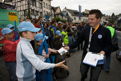 Volkswagen Motorsport team gives hero cards to fans