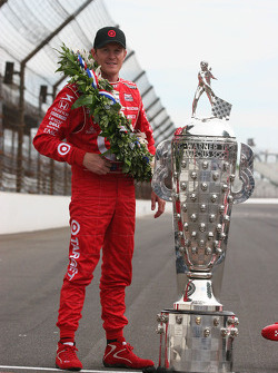 Scott Dixon with the Borg Warner Trophy
