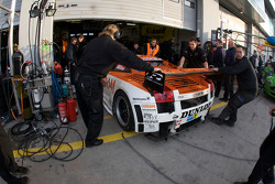 #90 Raeder Motorsport Lamborghini Gallardo: Hermann Tilke, Dirk Adorf, Patrick Simon in the garage with technical problems