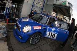 Pit stop for #110 Schirra Motoring BMW Mini Cooper S: Friedrich von Bohlen u. Hallbach, Bernhard Laber