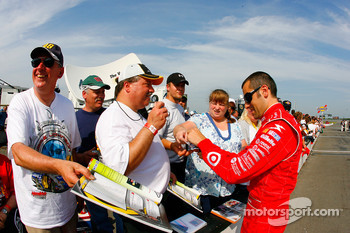 Dario Franchitti signs autographs
