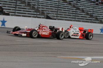 Scott Dixon leads Helio Castroneves into the first corner