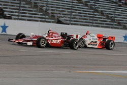 Scott Dixon leads Helio Castroneves into the first corner