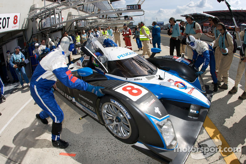 #8 Team Peugeot Total Peugeot 908: Pedro Lamy, Stéphane Sarrazin, Alexander Wurz in the pits with gearbox problems