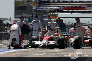 Refuelling for Timo Glock, Toyota F1 Team
