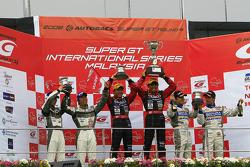 GT300 podium: winners Tetsuya Yamano and Kouta Sasaki, second place Kazuki Hoshino and Hironobu Yasuda, third place Hiroyuki Iiri and Ryo Orime