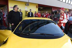 Sebastian Vettel, Ferrari met Sergio Marchionne, Ferrari President en CEO van Fiat Chrysler Automobiles en de Ferrari F12tdf