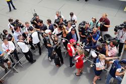 (从左到右):简森·巴顿,迈凯伦车队;尼科·霍肯伯格,印度力量车队;塞巴斯蒂安·维特尔,法拉利车队;菲利普·马萨,威廉姆斯车队,接受媒体采访