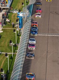 Jeff Gordon, Hendrick Motorsports Chevrolet leads a group of cars