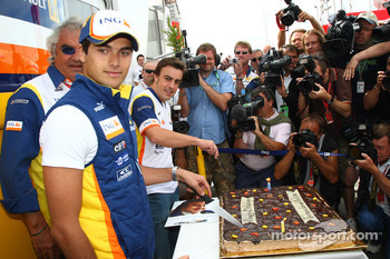 Nelson A. Piquet, Renault F1 Team and Fernando Alonso, Renault F1 Team, with their Birthday cake