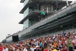 Fans watch qualifying