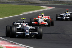 Kazuki Nakajima, Williams F1 Team, FW30 leads Giancarlo Fisichella, Force India F1 Team, VJM-01