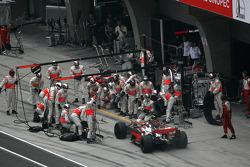 Heikki Kovalainen, McLaren Mercedes, MP4-23, puncture, pitstop