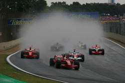 Start: Felipe Massa, Scuderia Ferrari leads the field