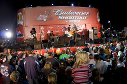Fans watch and enjoy the concert of Dierks Bentley
