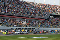 Start: Mark Martin, Hendrick Motorsports Chevrolet, and Travis Kvapil, Yates Racing Ford lead the field