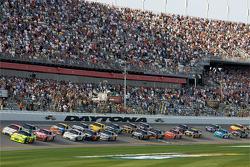 Start: Mark Martin, Hendrick Motorsports Chevrolet, and Travis Kvapil, Yates Racing Ford lead the field