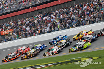 Martin Truex Jr., Earnhardt Ganassi Racing Chevrolet, Tony Stewart, Stewart-Haas Racing Chevrolet, lead a group of cars