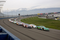 Carl Edwards and Kyle Busch lead the field to the green flag