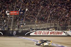 Matt Kenseth, Roush Fenway Racing Ford takes the checkered flag