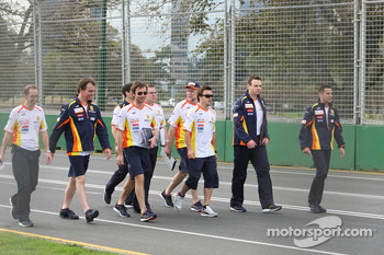 Fernando Alonso, Renault F1 Team walk the circuit