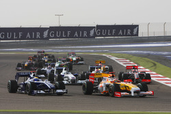 Start: Fernando Alonso, Renault F1 Team and Nico Rosberg, Williams F1 Team