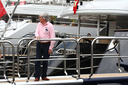 Bernie Ecclestone going onto the FOTA meeting on the boat of Flavio Briatore, Renault F1 Team, Team Chief, Managing Director