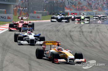 Fernando Alonso, Renault F1 Team leads Robert Kubica, BMW Sauber F1 Team