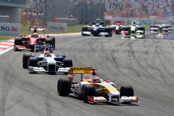 Fernando Alonso, Renault F1 Team leads Robert Kubica, BMW Sauber F1 Team