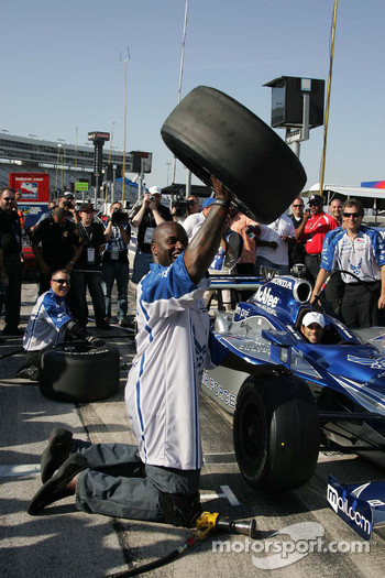 Grand Marshal Shaquille O'Neal learns to change the front tire on Raphael Matos/Luczo Dragaon Racing #2
