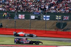 Sébastien Bourdais, Scuderia Toro Rosso, damage to his car after making contact with Heikki Kovalainen, McLaren Mercedes