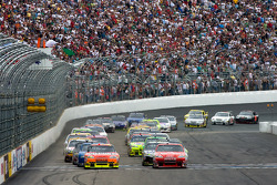 Start: Tony Stewart, Stewart-Haas Racing Chevrolet and Jeff Gordon, Hendrick Motorsports Chevrolet lead the field