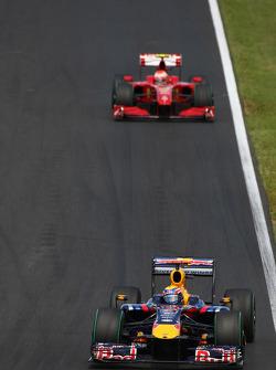 Mark Webber, Red Bull Racing in front of Kimi Raikkonen, Scuderia Ferrari