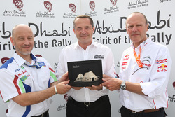 Simon Long presented the Abu Dhabi Spirit of the Rally award in Finland to Gerard Quinn and Olivier Quesnel, after both Ford and Citroen announced they would stay in the WRC in 2010