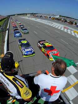 Jeff Gordon, Hendrick Motorsports Chevrolet and Jimmie Johnson, Hendrick Motorsports Chevrolet take the green flag
