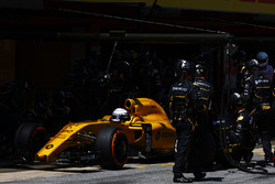 Kevin Magnussen, Renault Sport F1 Team RS16 makes a pit stop