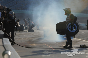 Mario Moraes, KV Racing Technology crew cleans up after the last pitstop of the season