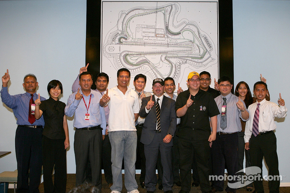 Lotus F1 Racing Chief Technical Officer Mike Gascoyne (7th left) with Sepang International Circuit CEO Razlan Razali (5th left), Motorsports Association of Malaysia (MAM) CEO Mia Sharizman Ismail (3rd left), 1Malaysia F1 Director Lee Chung Han (9th left)