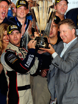 NASCAR-CUP: Championship victory lane: 2009 and 4th time NASCAR Sprint Cup Series champion Jimmie Johnson receives the Sprint Cup trophy from Brian France